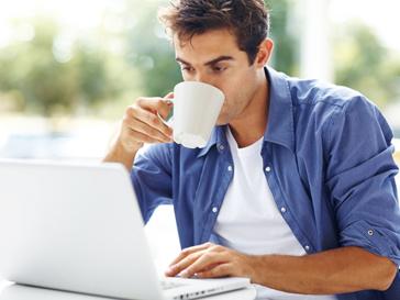 Мужчины пьют кофе и отказываются от мяса