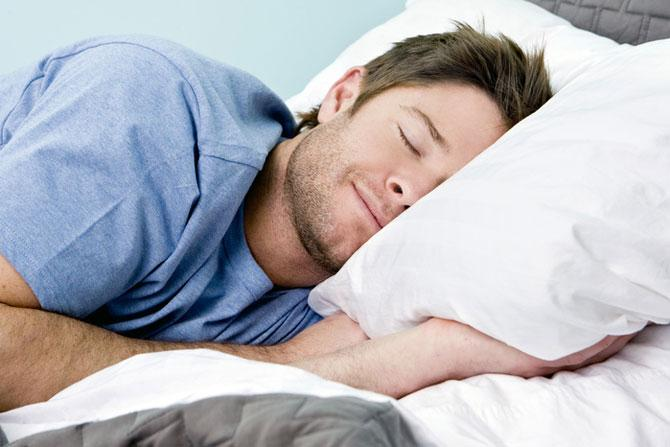 Ученые советуют мужчинам быть более внимательными к привычкам во время сна
