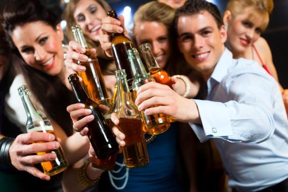 Алкоголь увеличивает социальную активность мужчин сильнее, чем женщин