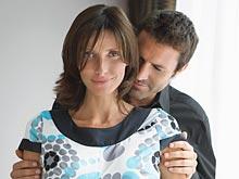 Чтобы улучшить интимную жизнь, мужчине следует помогать женщине по дому, советуют эксперты