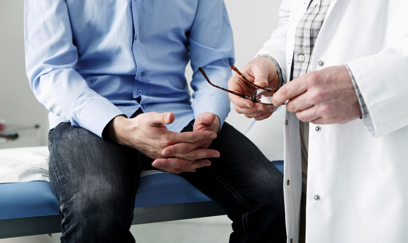 Мужчина на осмотре венеролога