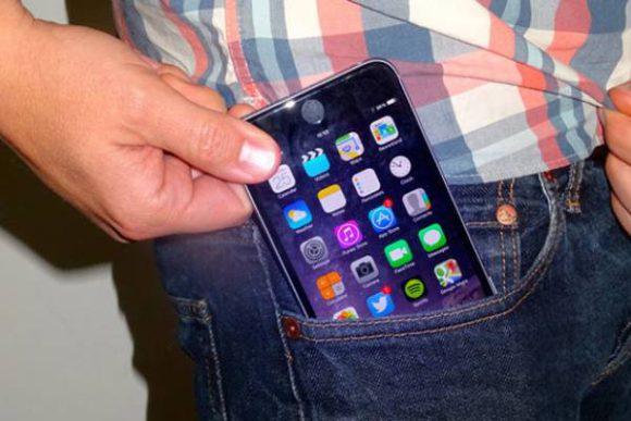 Ученые не рекомендуют мужчинам носить мобильный телефон в кармане брюк