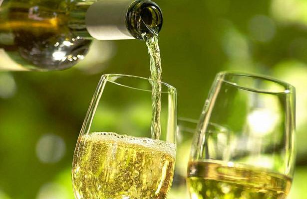 Ученые объяснили, чем опасно для мужчин белое вино