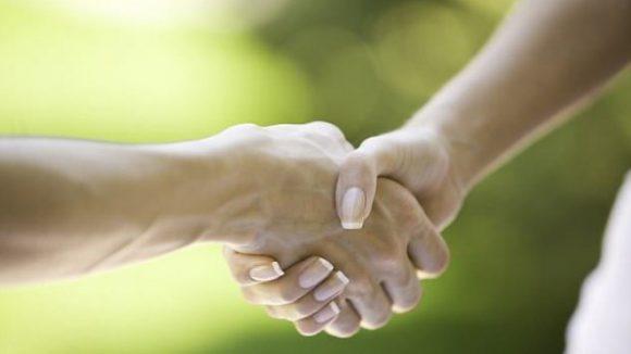 Мужчины с более сильным рукопожатием чаще вступают в брак