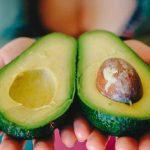 Медики объяснили, почему мужчинам вредно есть авокадо