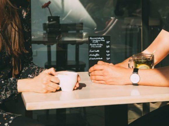 Мужчины выслушивают жалобы на жизнь за $10 в час