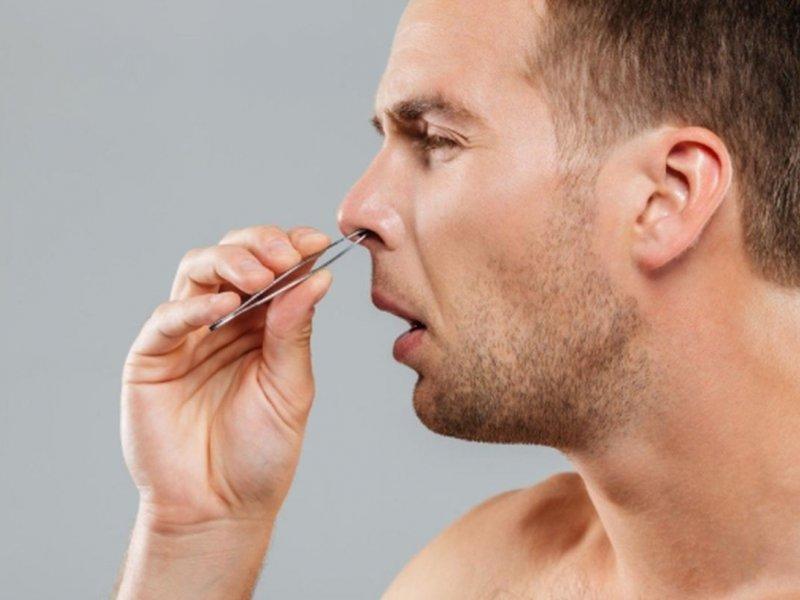 Врач Владимир Зайцев: выщипывать волоски из носа крайне опасно