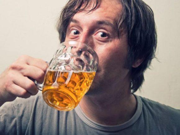 Медики объяснили, что «пивной живот» растет не от пива