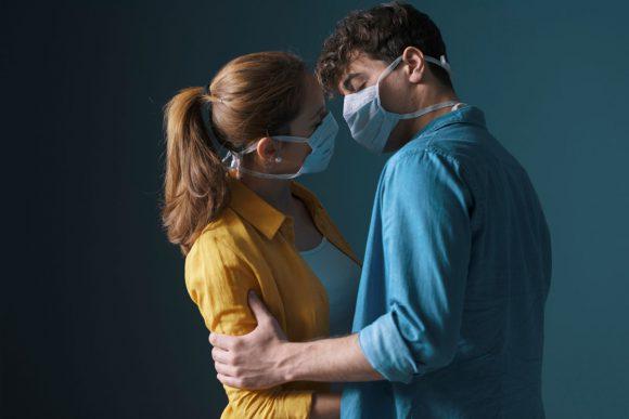 Секс во время пандемии: маски для лица и никаких поцелуев