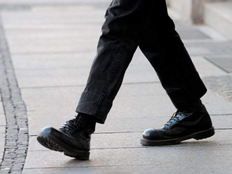 Семенящая походка у мужчин может быть признаком импотенции