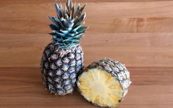Врачи рассказали, кому особенно полезно есть ананас